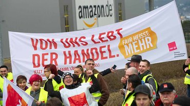 Streikende vor dem Amazon-Logistikzentrum in Bad Hersfeld