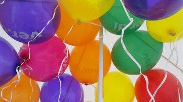 Bunte ver.di Luftballons unter Zeltdach