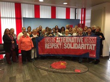 """Das Bild zeigt die Frauen des Landesfrauenrats NRW, die das Banner """"Unsere Alternative heisst Respekt und Solidarität ver.di"""" hochhalten."""