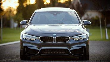 Eine BMW-Limousine.