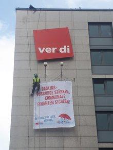 Bannerwechsel an der Außenfassade des NRW LBZ